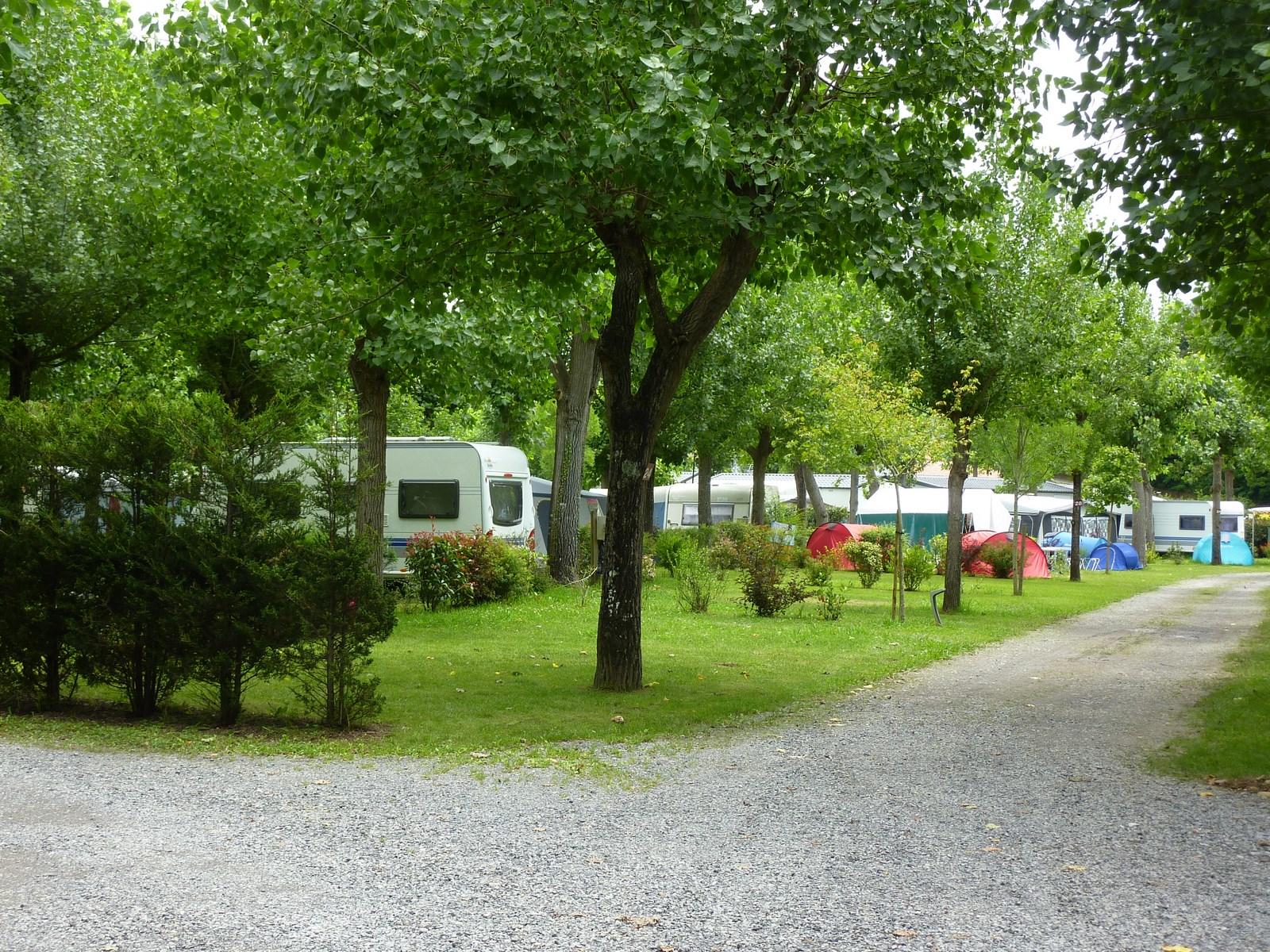 camping-emplacement-caravane-tente-campingcar